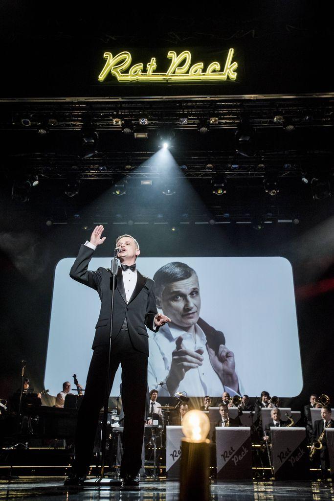 Mężczyzna – Frank Sinatra, w czarnym smokingu, białej koszuli, z muszką, stoi na scenie, przed mikrofonem. Śpiewa, prawą rękę ma uniesioną ku górze. Za Sinatrą znajduje się duży zespół instrumentalny, stylizowany na big-band z epoki swingu. U góry widoczny jest ekran, na nim wyświetla się ten sam artysta, który jest na scenie, w nieformalnej pozie, patrzący w stronę widowni.