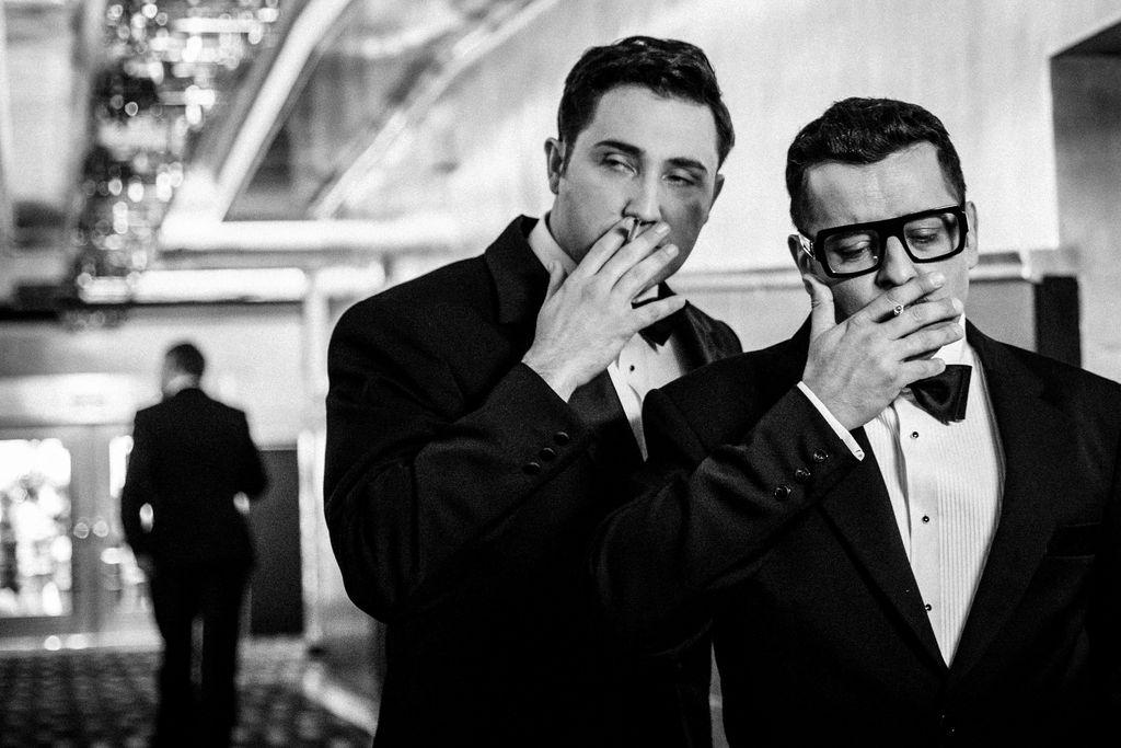 Czarno-białe zdjęcie przedstawia dwóch mężczyzn znajdujących się w holu teatru. Dean Martin i Sammy Davis Junior podnoszą w prawej dłoni papierosa ku ustom, wykonują podobny gest zaciągania się. Obydwaj ubrani są w garnitury, białe koszule i muszki. Sammy Davis Junior ma założone okulary w charakterystycznej, grubszej oprawce. W tle, z lewej strony, widać sylwetkę idącego człowieka.
