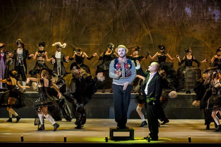 W centrum na niewielkim podwyższeniu stoi włoski śpiewak (Artur Caturian). Śpiewa, subtelnie gestykulując. Przygląda mu się elegancko ubrany Wiktor Frankenstein (Mariusz Kiljan). W tle tłum Wenecjan. Odświętne stroje, maski i kapelusze z piórami. Kobiety noszą krynoliny i gorsety.