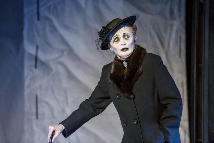 Zbliżenie na matkę Wiktora Frankensteina (Justyna Szafran). Jest ubrana w ciemny dwurzędowy płaszcz z futrzanym kołnierzem, na głowie ma czarny kapelusz z woalką, pod szyją zapięta kamea. Przerysowany czarno-biały makijaż.
