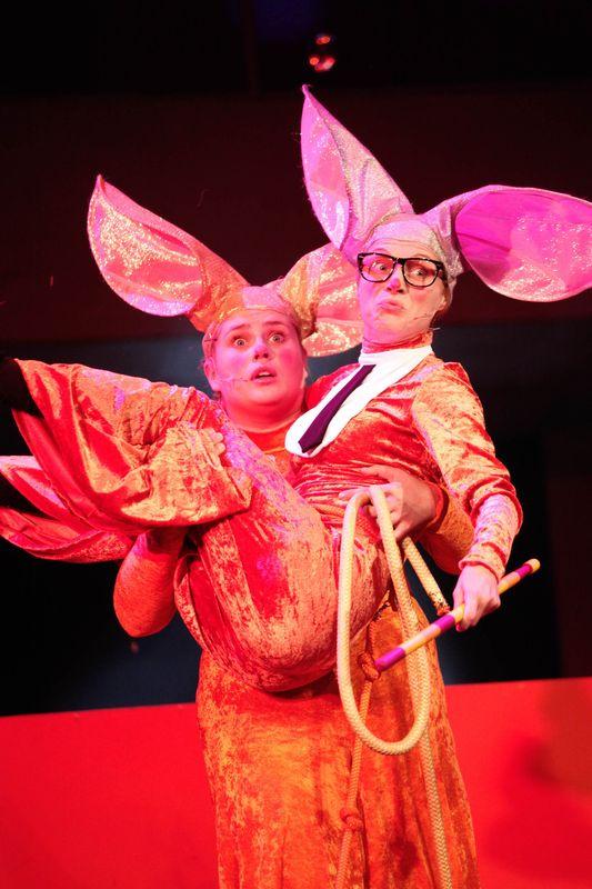 Królowa Myszy trzyma na rękach Mysz w okularach i z krawatem.