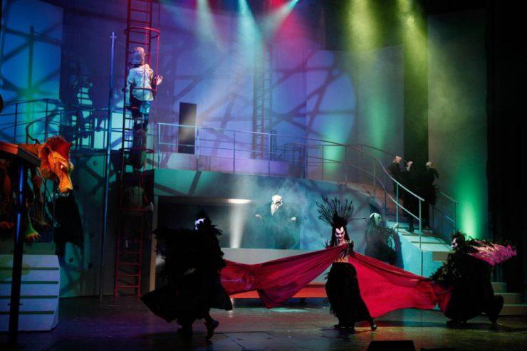 Konstrukcja z barierką i wysokimi schodami, z lewej strony widoczny Lew i Strach na Wróble, na dole Wroniasta w tańcu z Wronami.