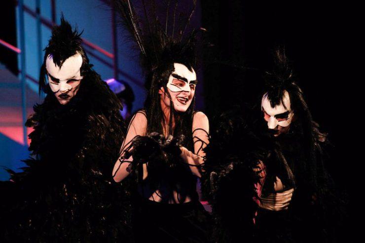 Wroniasta pomiędzy dwiema Wronami. Kostiumy z czarnymi piórami, białe, groźnie wyglądające maski.