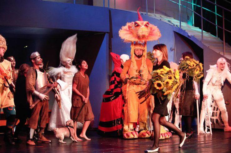 Owacja po premierze spektaklu, cała obsada prezentuje się publiczności. Obsługa wręcza aktorom kwiaty.