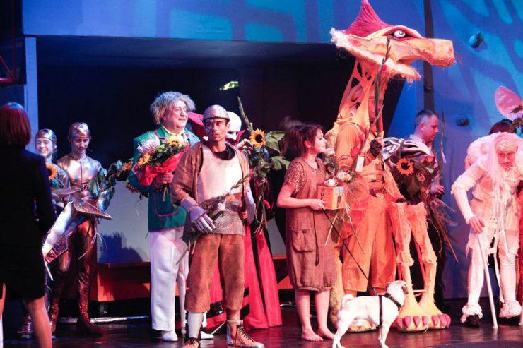 Owacja po premierze spektaklu, cała obsada prezentuje się publiczności.