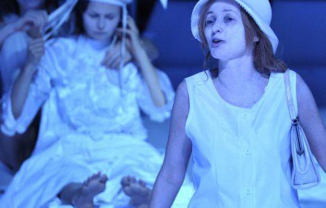 Z prawej strony stoi Rivièrowa, w kapeluszu, z torebką zawieszoną na lewym ramieniu. Kobieta ma otwarte usta, za nią widoczne są Amien i Victoria.