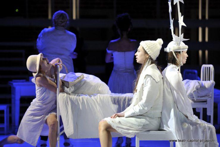 Z prawej strony, na stołku, siedzą dwie, zwrócone do siebie plecami kobiety. Za nimi widać białe, metalowe, szpitalne łóżko, przy którym z lewej strony znajduje się Rivièrowa.