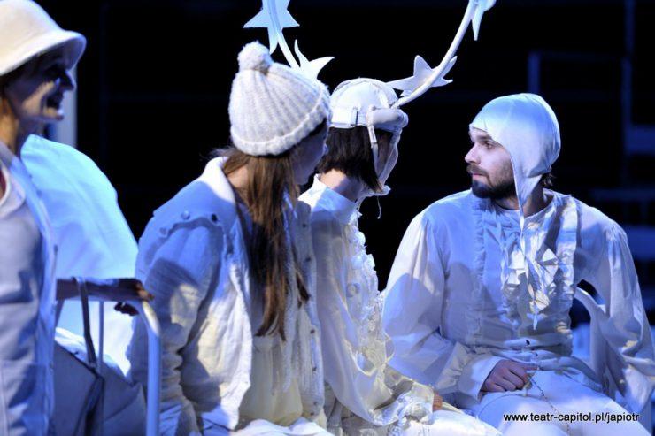 Z prawej strony siedzi Prosper w białym czepku, profilem zwrócony ku trzem patrzącym na niego kobietom.
