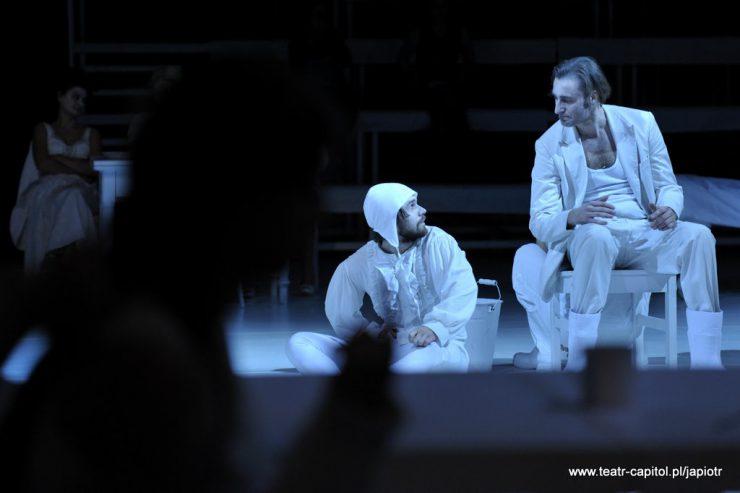 Lewą część kadru zajmuje zacieniona, niewidoczna postać, w głębi z prawej strony siedzą: na krześle - ojciec Rivière, a poniżej, na podłodze – Prosper. Patrzą na siebie.