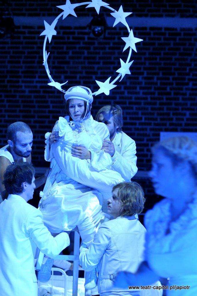 Na stołku siedzi Amien z gwiaździstą, dużą aureolą, trzyma zawiniątko wyglądające jak becik z dzieckiem. Otaczają ją czterej ubrani na biało mężczyźni, podtrzymujący kobietę i stołek.