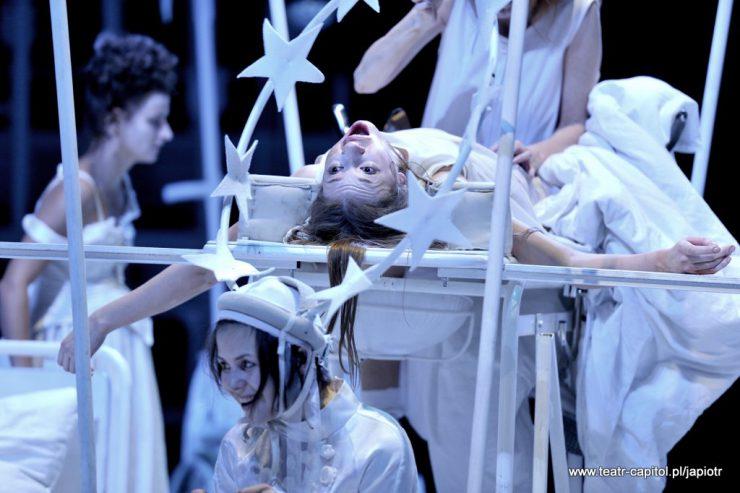 Cztery postaci kobiet, na pierwszym planie Amien z aureolą i leżąca Victoria - z otwartymi ustami i rozłożonymi na boki rękami.
