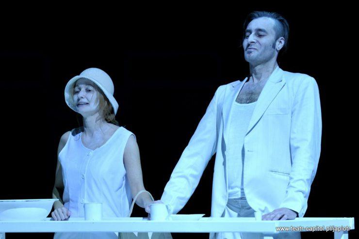 Z lewej strony stoi Rivièrowa, obok niej Rivière – ojciec. Kobieta nie patrzy na niego, trzyma dłoń na dłoni mężczyzny. Oboje w bieli.
