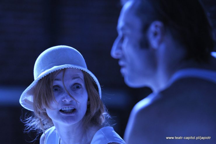 Z prawej strony rozmyty profil Rivière`a – ojca. Patrzy na niego z wytrzeszczonymi oczami i mówi coś gwałtownie Rivièrowa , kobieta w białym kapeluszu.