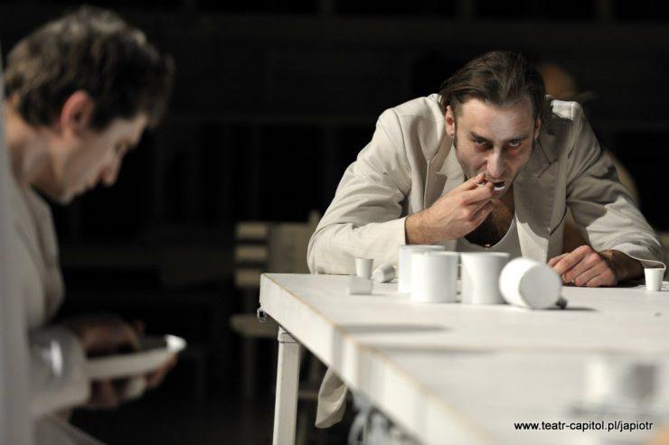 Biały stół, z białymi naczyniami. U jego końca siedzi Rivière – ojciec. Je, podnosi łyżkę do ust, patrzy przed siebie. Z boku, z opuszczoną głową siedzi Piotr Rivière.
