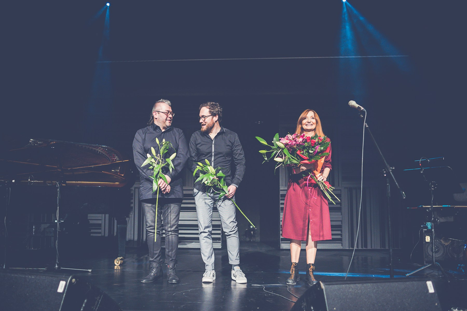 Od lewej: Rafał Karasiewicz, Jakub Olejnik i Justyna Szafran. Wszyscy troje trzymają kwiaty i uśmiechają się. W tle po lewej fortepian, po prawej mikrofon na statywie.