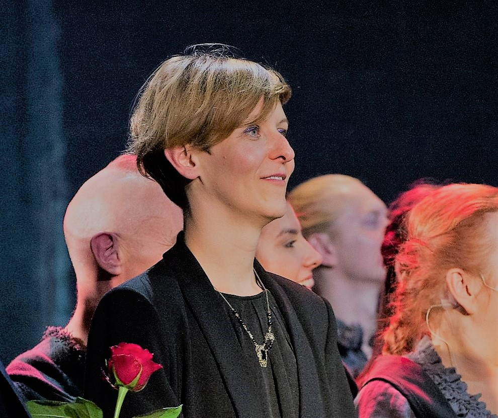 Anna Chadaj podczas ukłonów na premierze spektaklu Trzej Muszkieterowie w Teatrze Muzycznym Capitol. Fot Łukasz Giza.