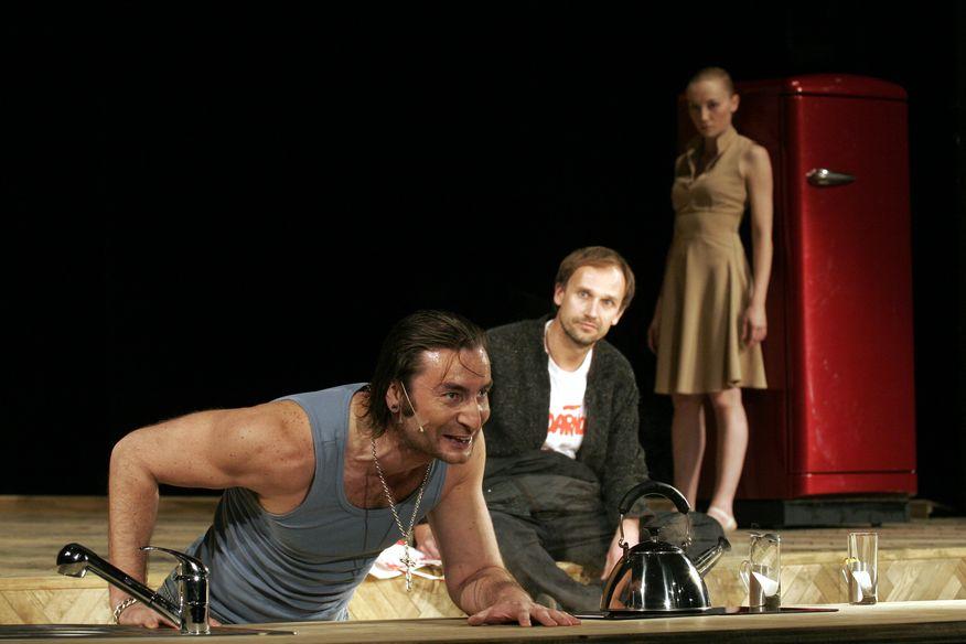 Idiota, fot Lukasz Gawroński / Teatr Muzyczny Capitol. Na zdjęciu: Cezary Studniak jako Rogożyn, Jakub Lasota jako Myszkin, Ewelina Adamska jako Tancerka