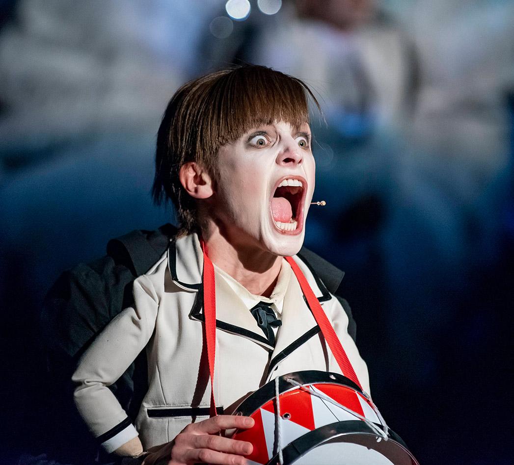 Oskara Matzerath ( w tej roli Agata Kucińska) krzyczy.