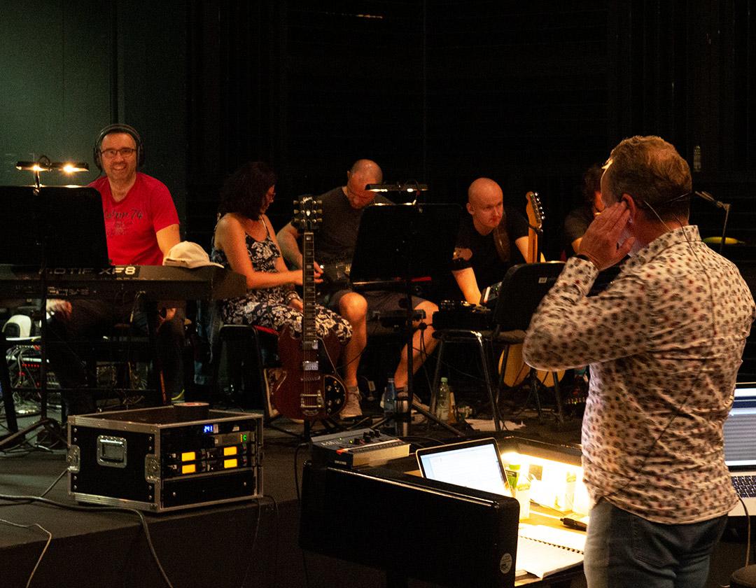 Dyrygent wraz z muzykami w trakcie nagrań do Lazarusa.