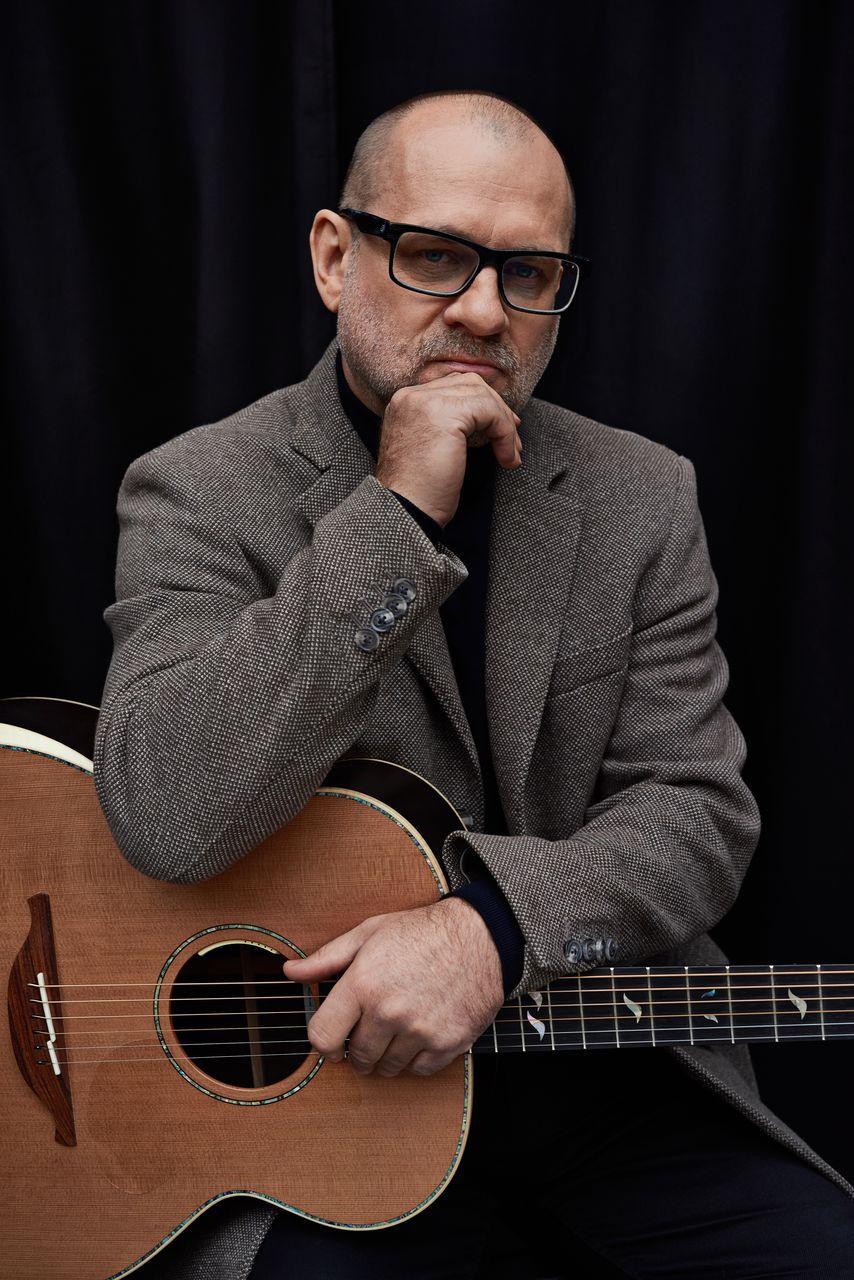 Artur Lesicki z gitarą