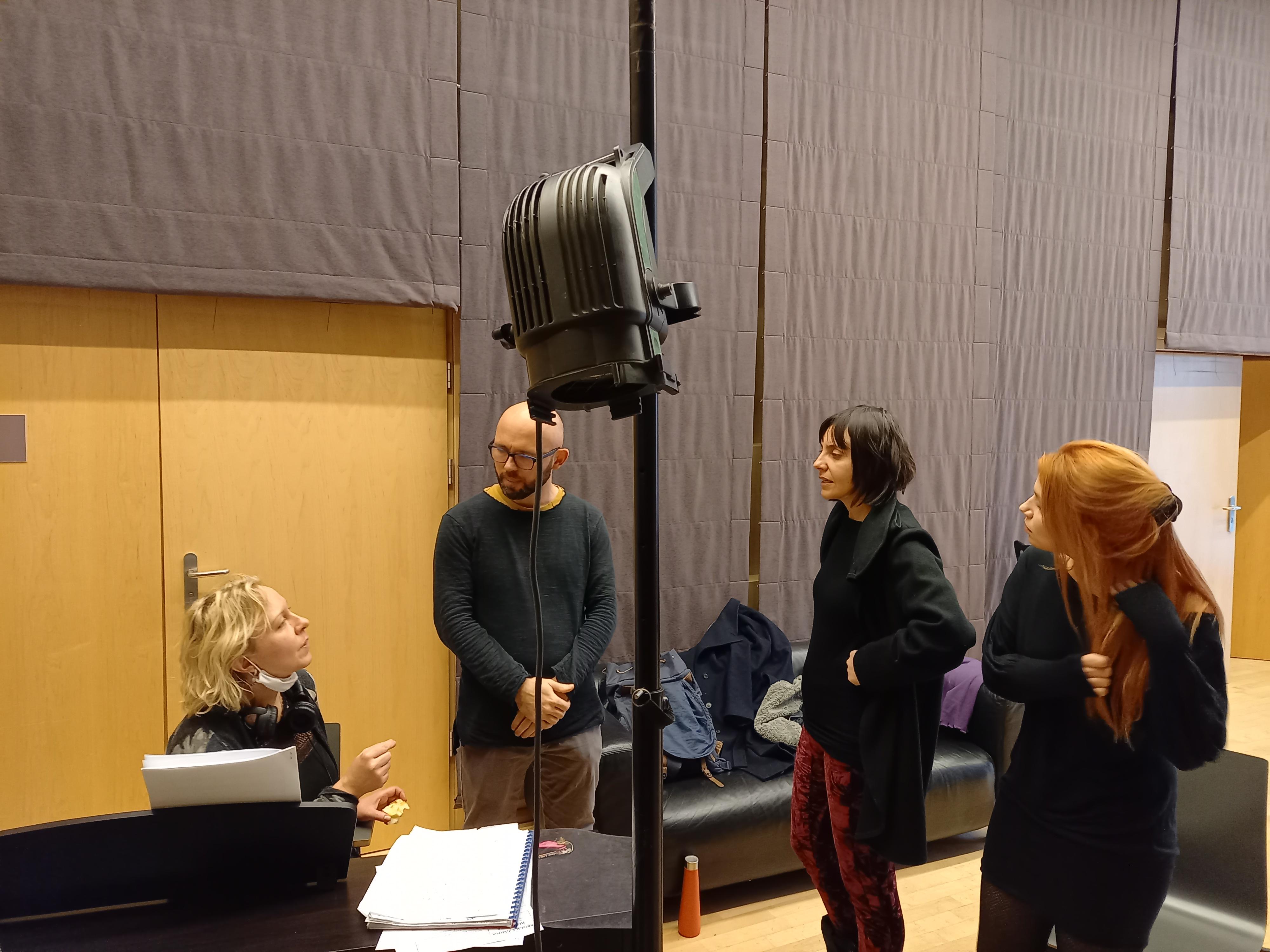 Sala prób chóru w teatrze, aktorzy podczas próby wokalnej